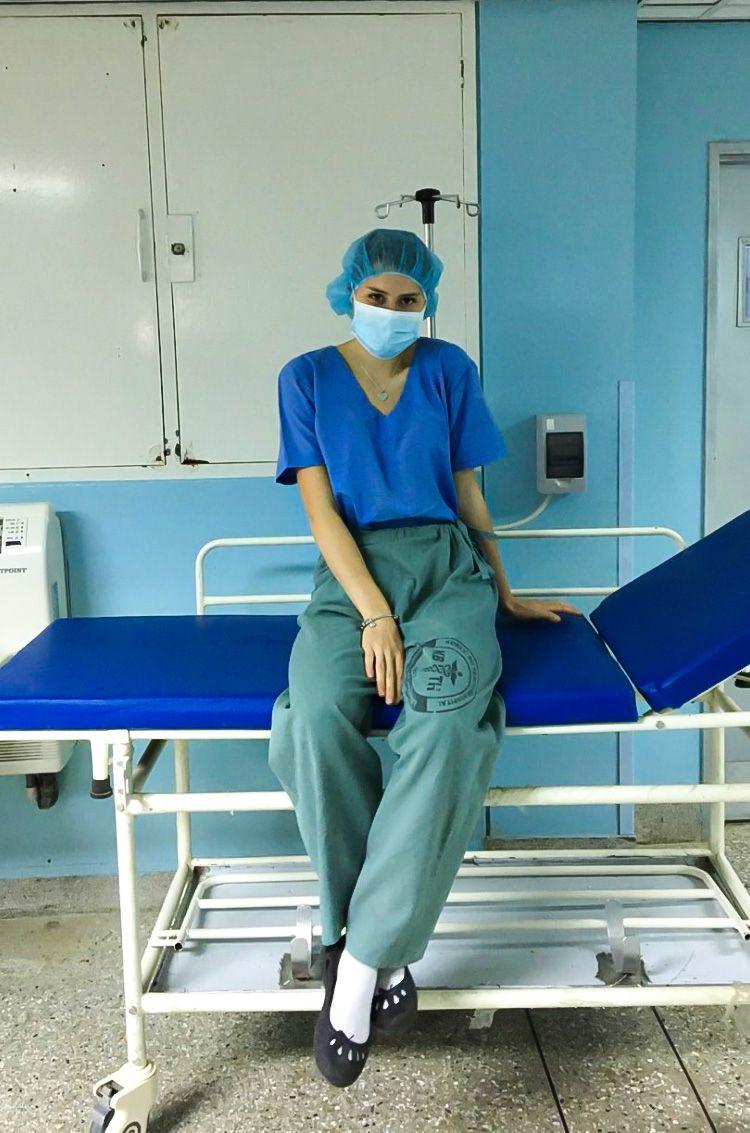 Mladá medička testuje ľudí na koronavírus. Robí to dobrovoľne, aj keď riziko, že sa nakazí je vysoké (Rozhovor)
