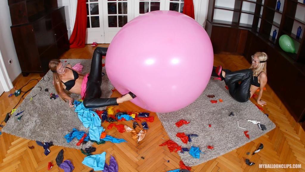 Masakrování balónků na natáčení balónkového fetiše. Dokonce máme ochranné brýle na oči!