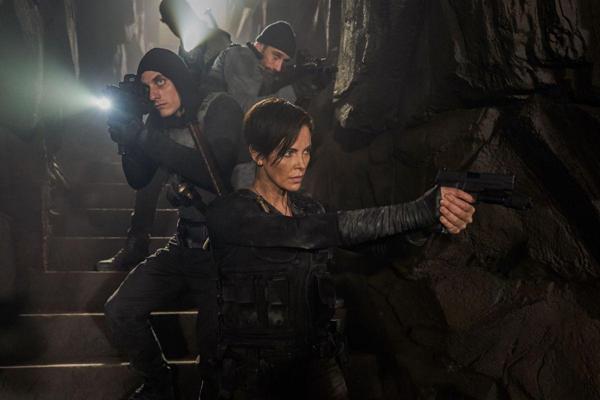 Recenzia: The Old Guard si užiješ ako adrenalínový akčný film s Charlize Theron, rýchlo naň však zabudneš