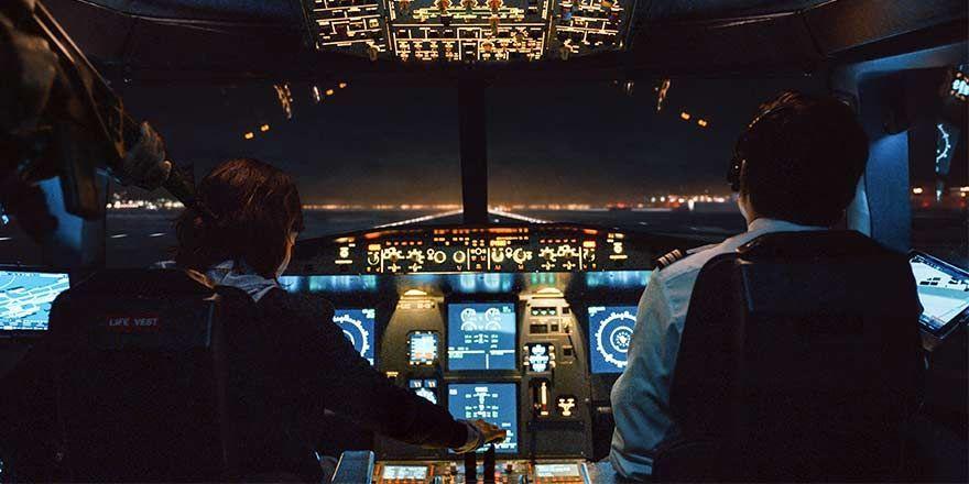 Recenzia: Seriál Into the Night je úplná namotávka. Ľudia v ňom v lietadle utekajú pred Slnkom, ktoré zabíja všetko živé