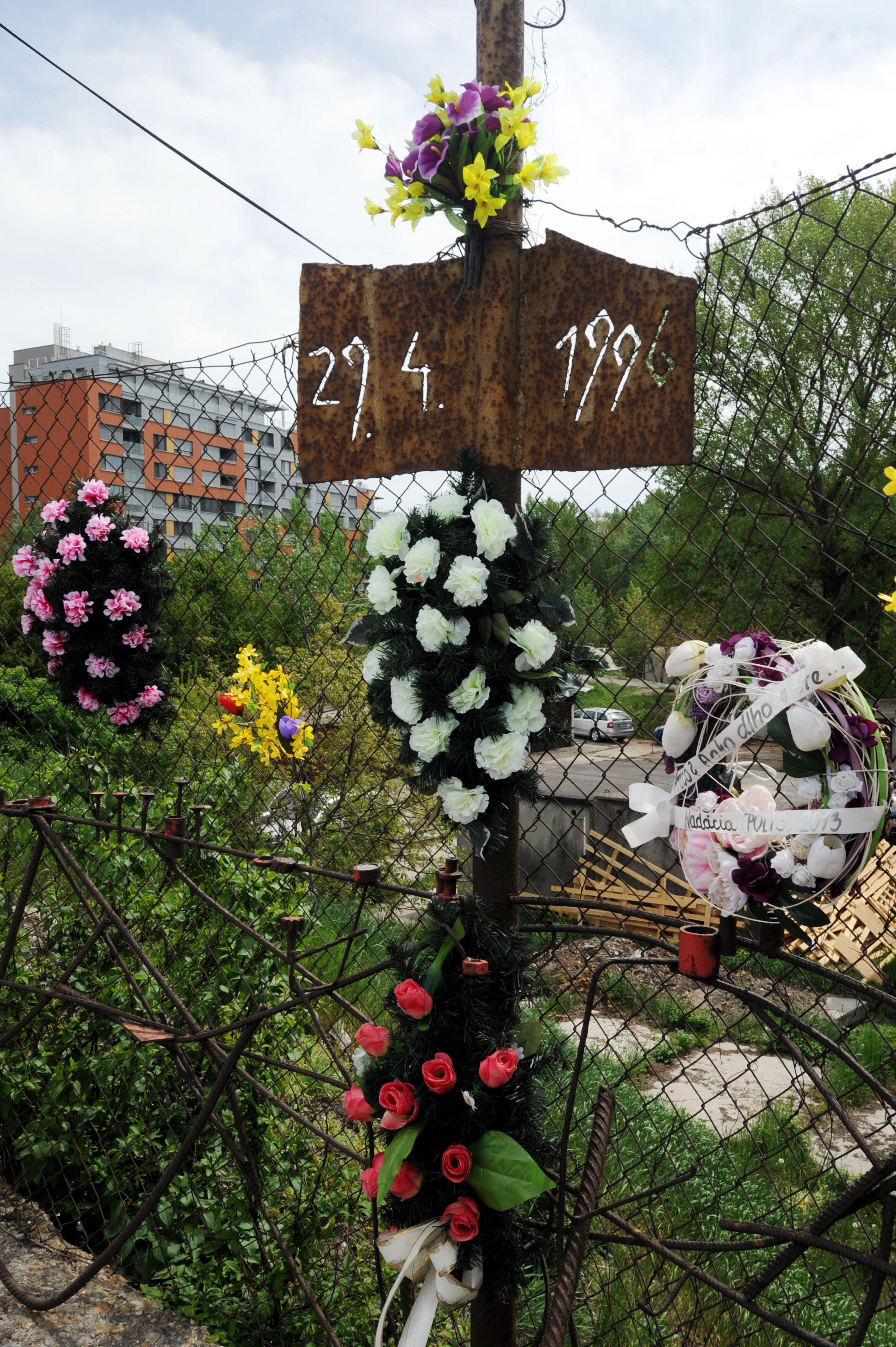 Pamätný kríž na mieste vraždy Róberta Remiáša.