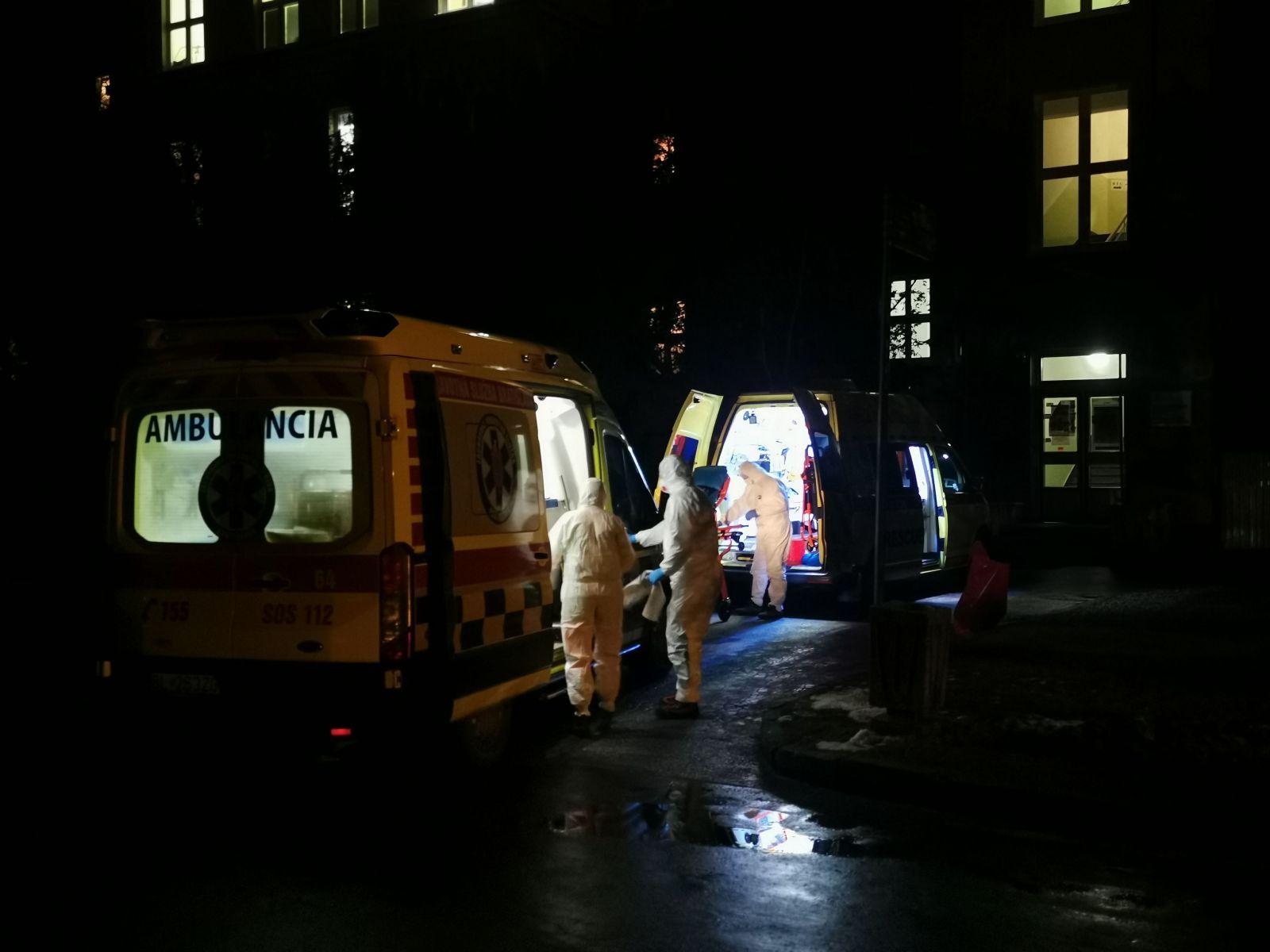 Zdravotníci, ktorí priviezli dvojicu pacientov do nemocnice v Martine