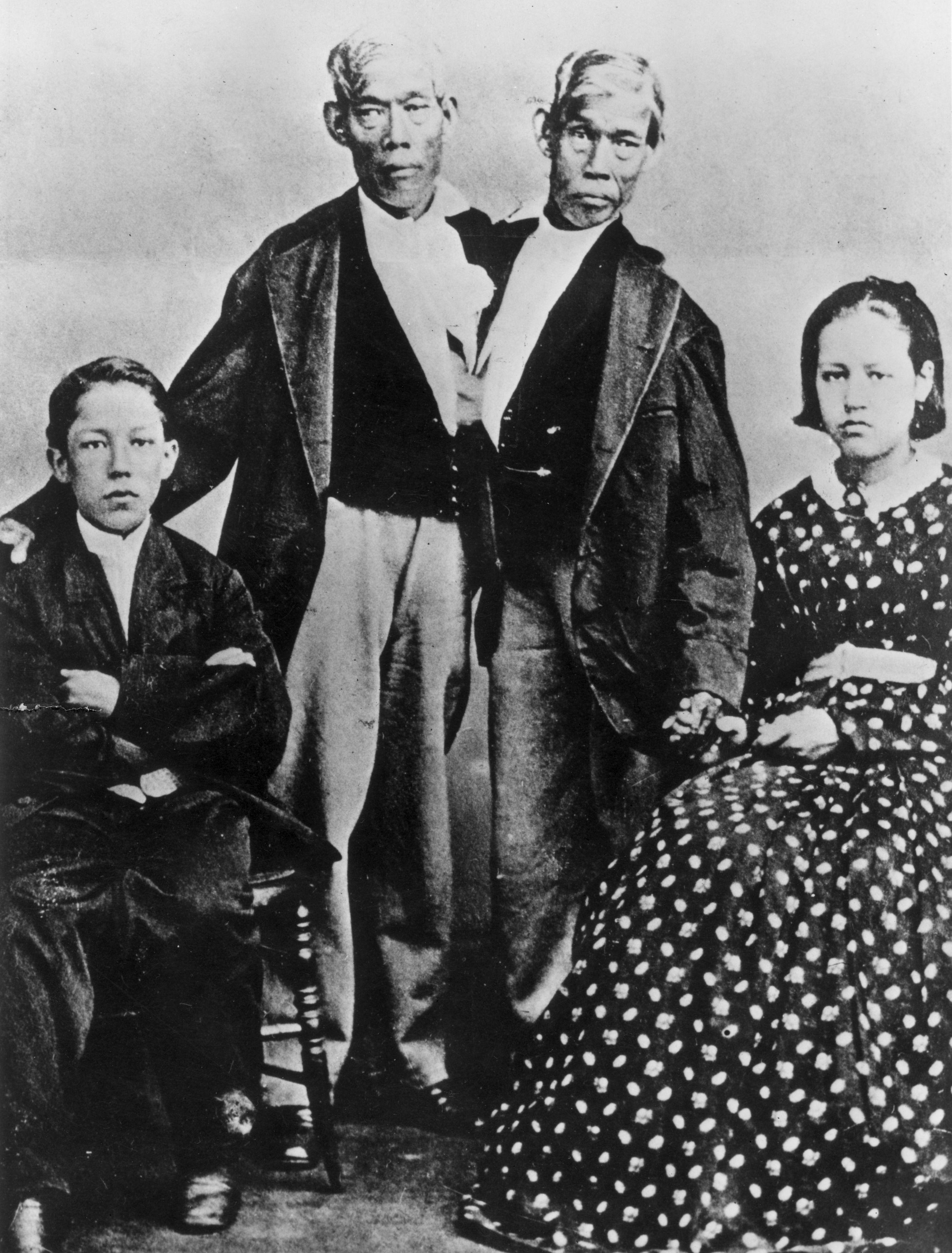 Bratia Bunkerovci s deťmi (Engov syn vľavo, Changova dcéra vpravo)