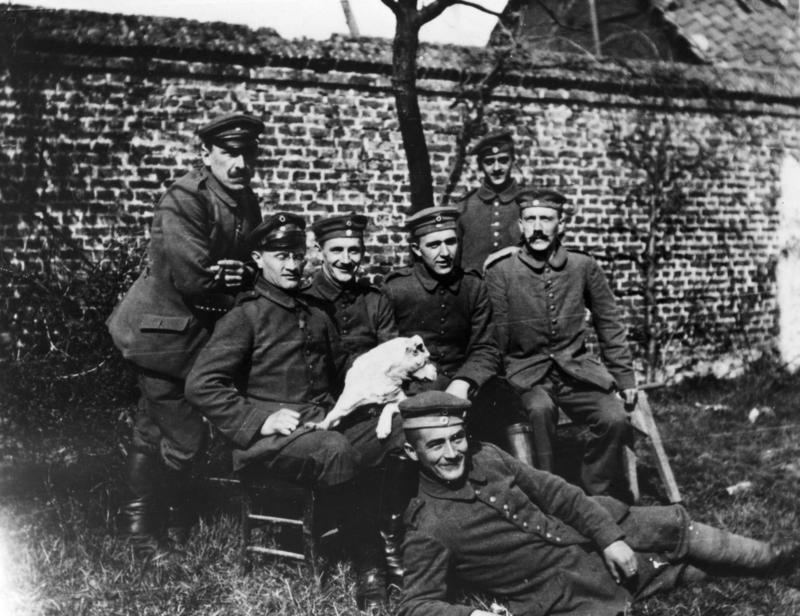 Adolf Hitler úplne vpravo