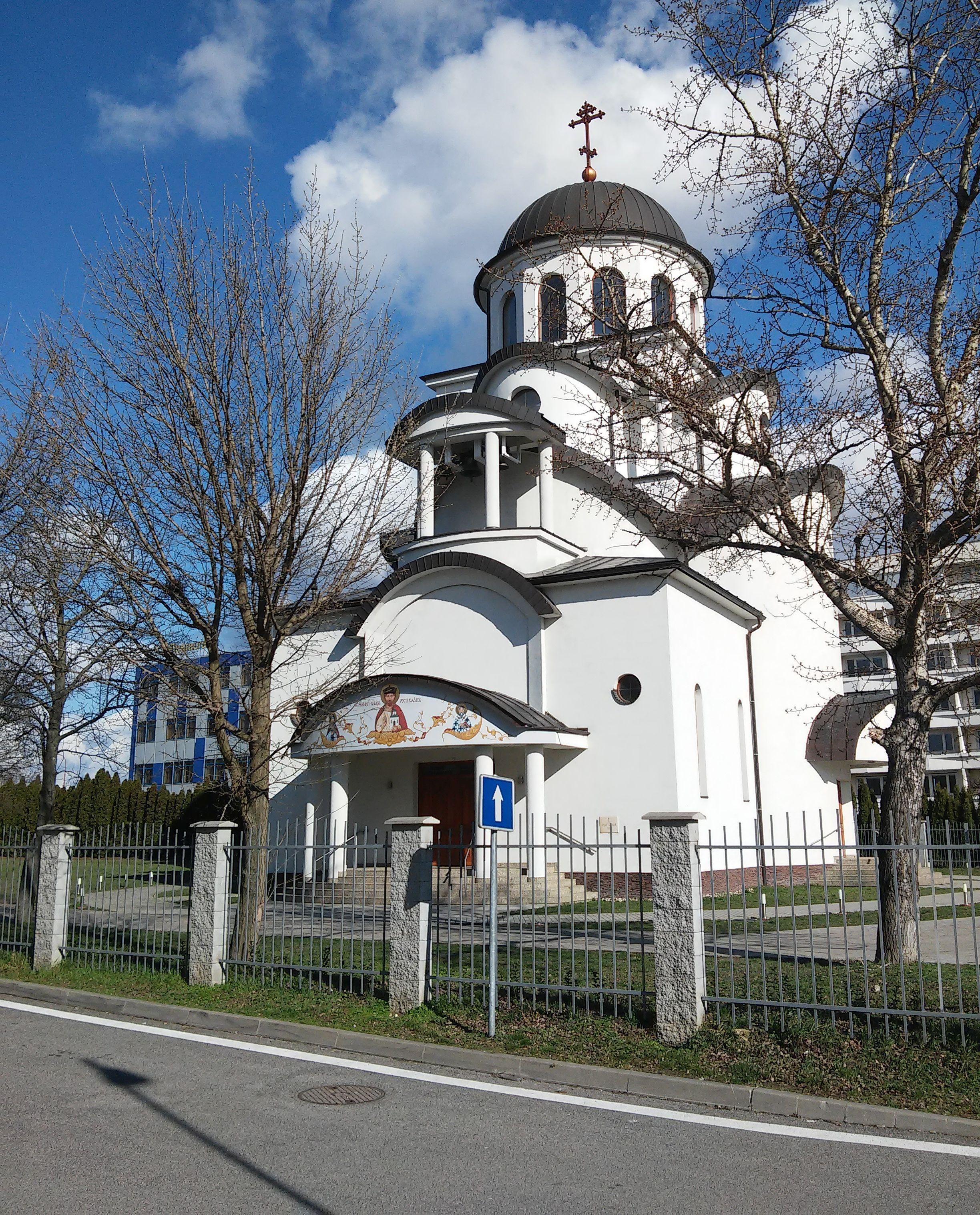 V Bratislave sa v chráme stretlo cez 100 veriacich. Anonym nakrútil video, na ktorom vychádzajú z budovy