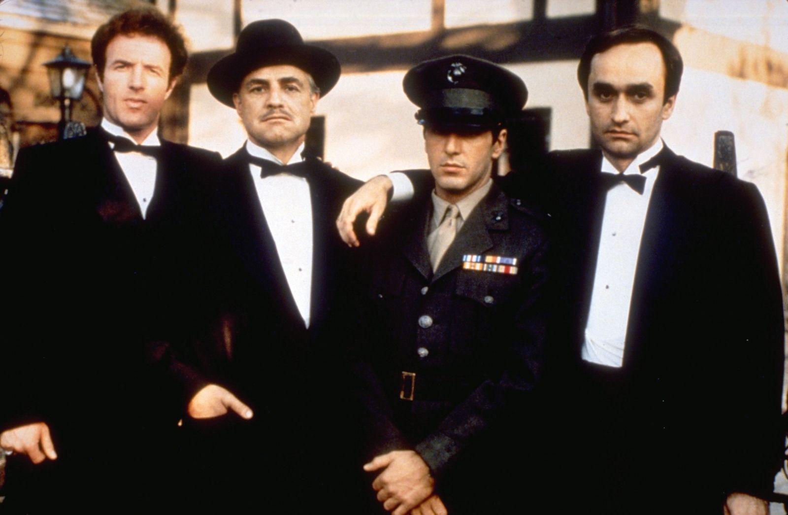 Vľavo James Cann (Sonny Corleone)