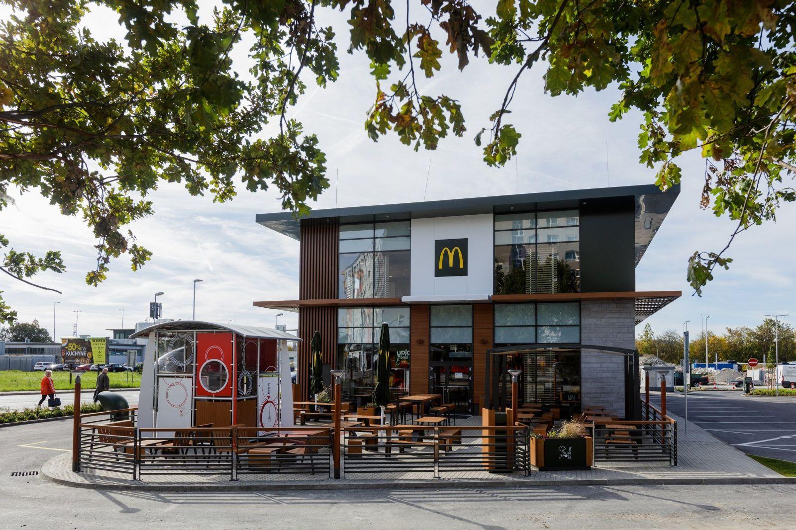 McDonald's začínal na Slovensku s prevádzkou v Banskej Bystrici, dnes ich má 35 a zamestnáva 2 600 ľudí