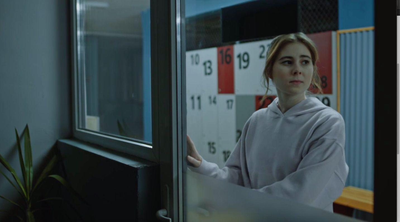 Stredoškoláčka kradla priamo z riaditeľne. Ako sa k jej činu postaví seriálový profesor?
