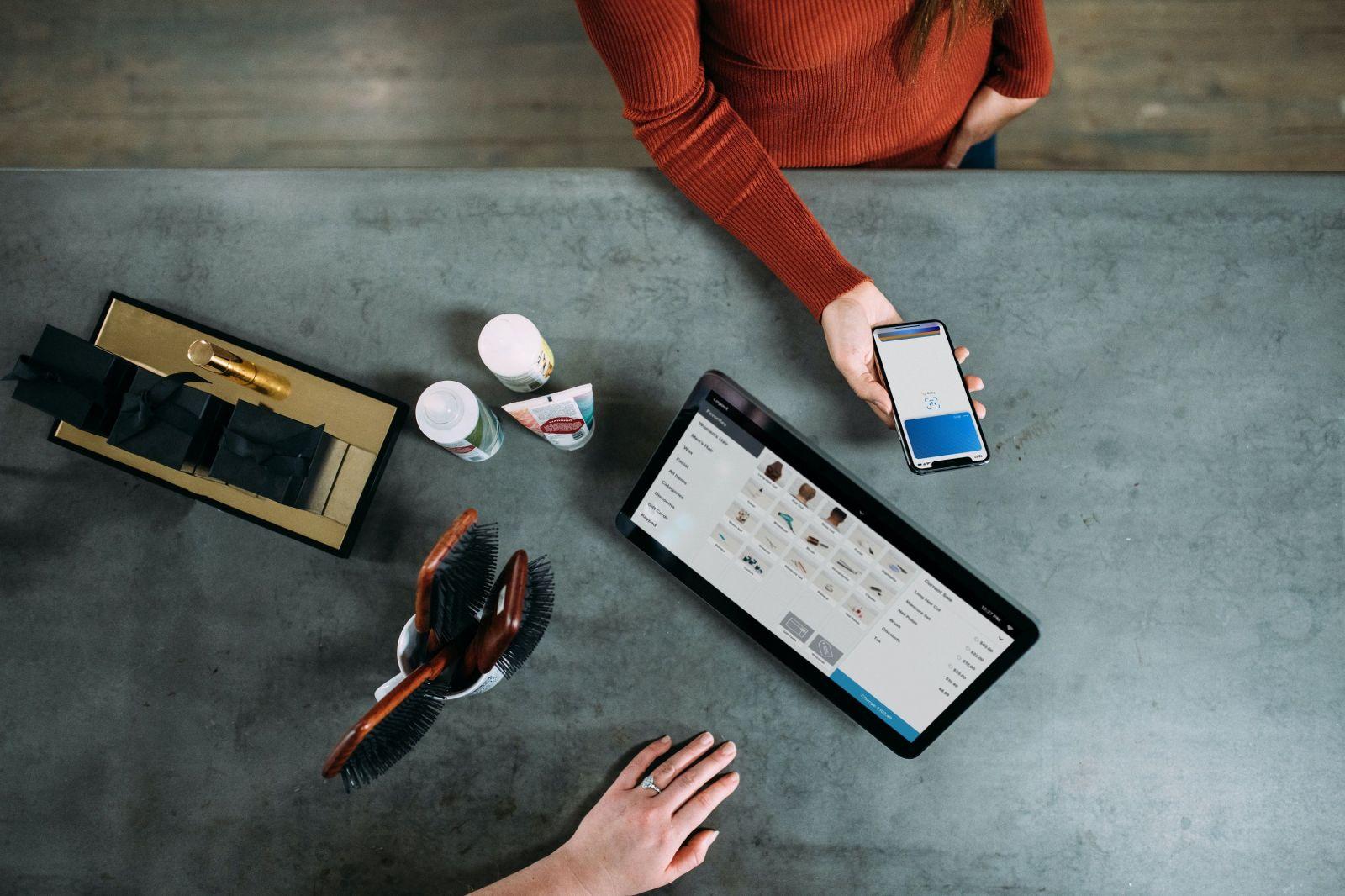Pohľad do súčasnosti – Moderný spôsob platenia priložením smartfónu k tabletu, kedy sa prostredníctvom technológie zrealizuje platba.