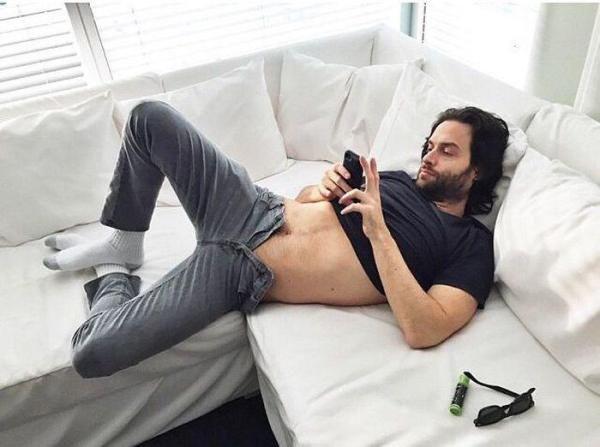 Muži parodujú ženy na Instagrame vtipnými fotkami. Chýbať nemôžu odhalené nohy, outfity dňa alebo milovaná kozmetika