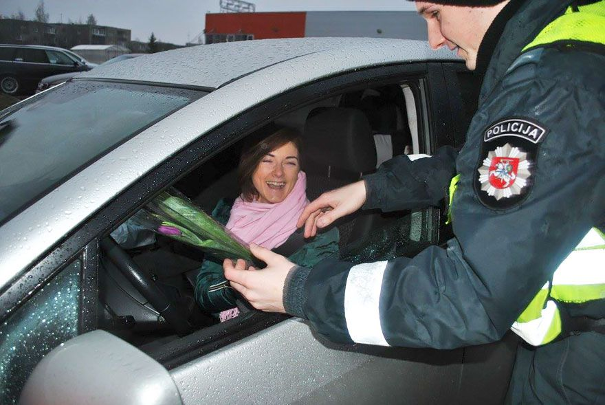http://i.refresher.sk/public/johnnybravo/emental/lithuanian-police-officers-give-flowers-international-womens-day-10.jpg