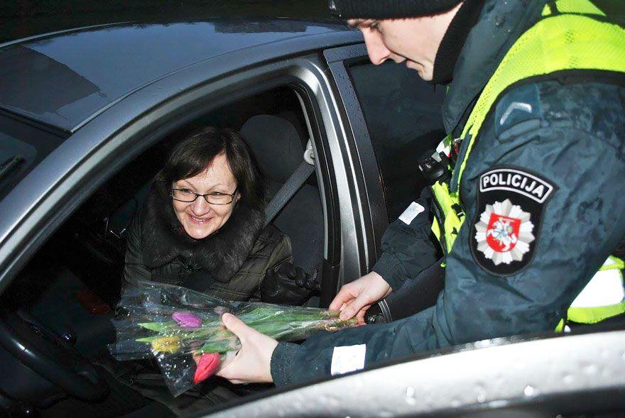 Litovskí policajti nerozdávali pokuty, ale kytičky kvetov. Vodičky nečakaným gestom skutočne dojali