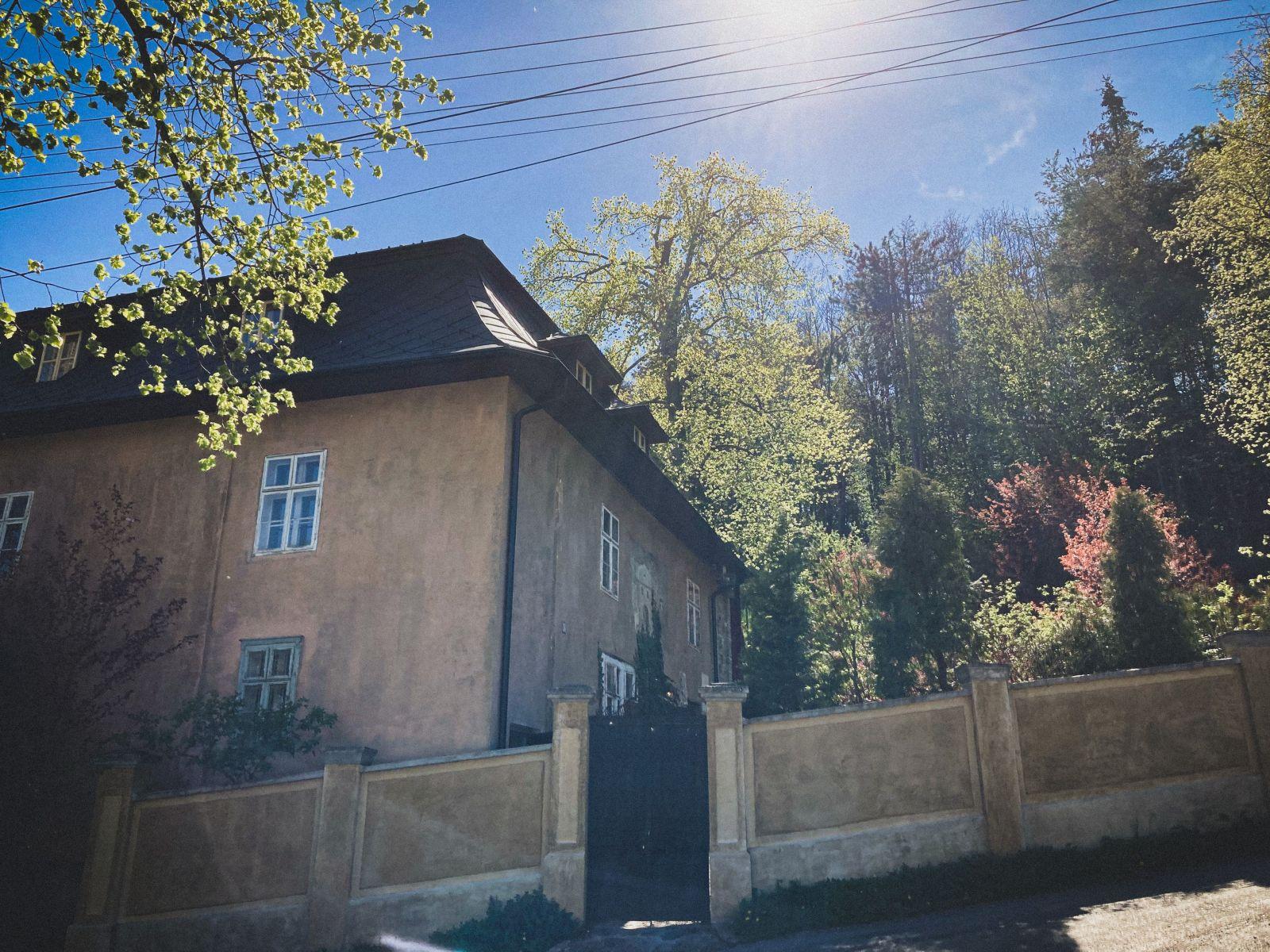 """Navštívili sme najstrašidelnejšiu stavbu na Slovensku. Majiteľ 500-ročného domu v priznáva, že v ňom panuje """"zvláštna energia"""""""