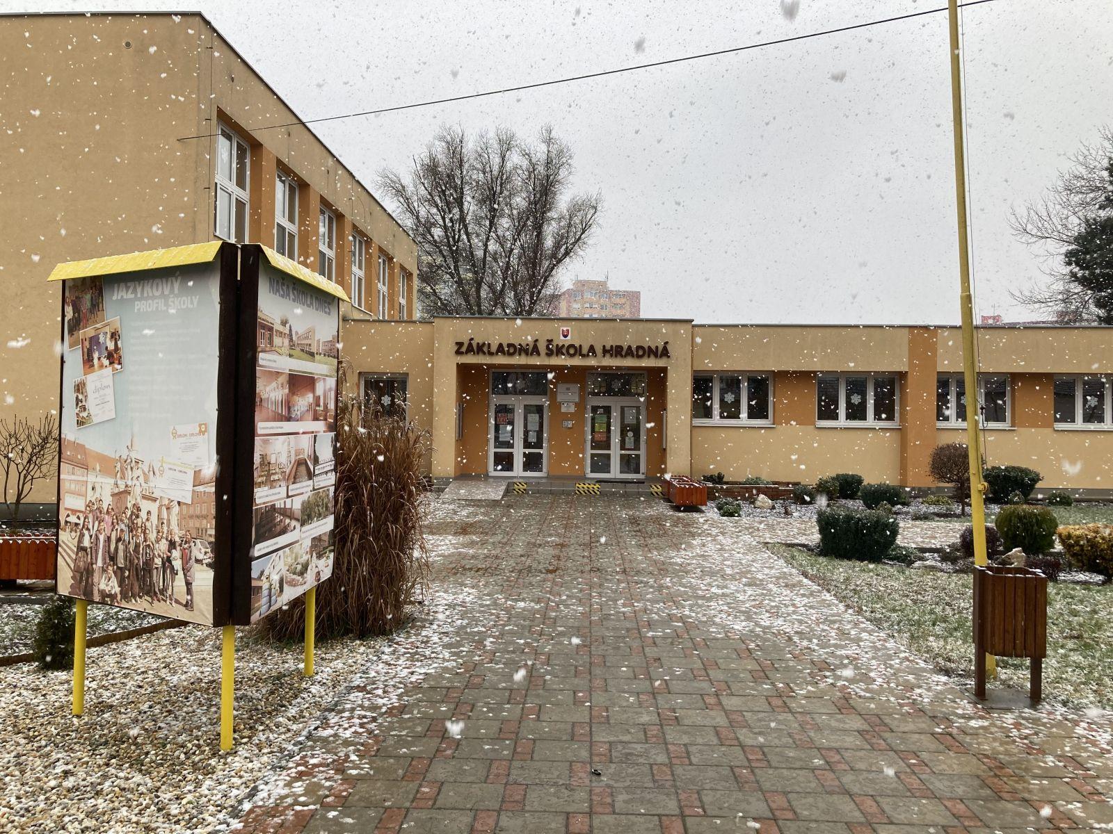 Niektoré školy po dlhej dobe konečne otvorili. Boli sme sa pozrieť v jednej z nich.