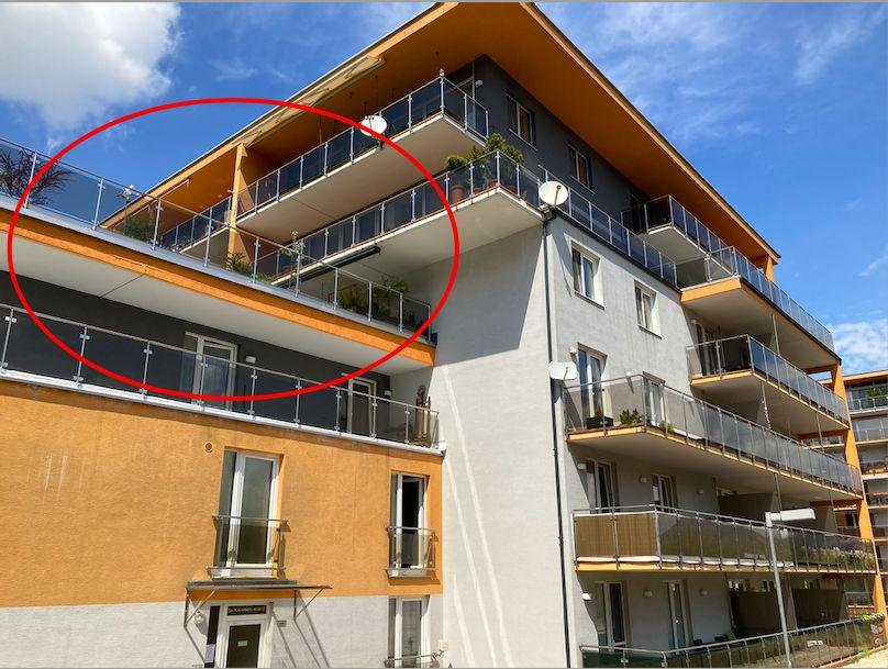 Terasa, na ktorej počula suseda mužský hlas. Najvyššie položená menšia terasa patrí k bytu, v ktorom sa stala vražda.