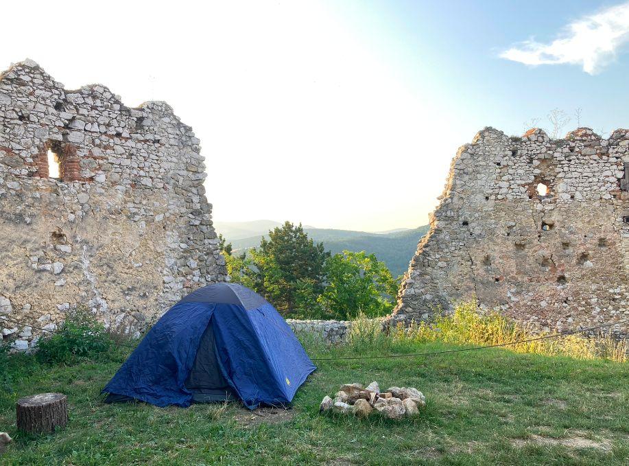 Blikajúce svetlá, divné zvuky a nezvaní hostia: Prenocovali sme na Čachtickom hrade
