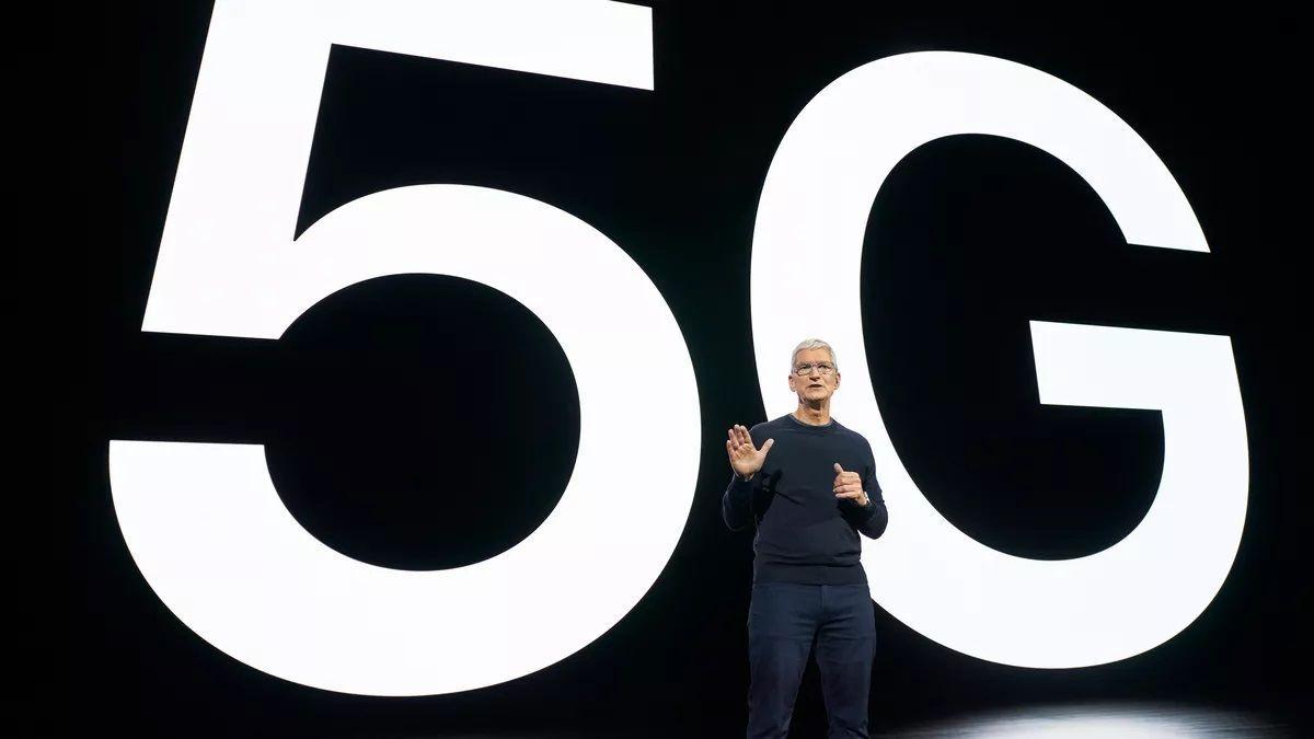 Tim Cook pri predstavení iPhone 12 s podporou 5G