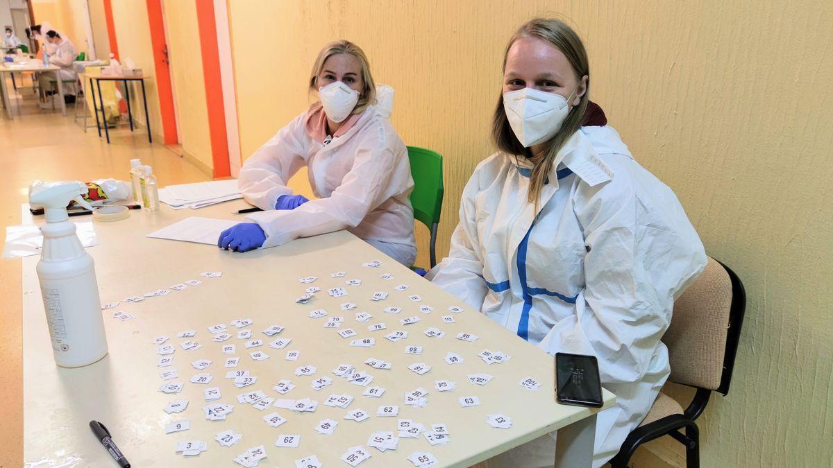 Dobrovoľníčky registrujú záujemcov o test