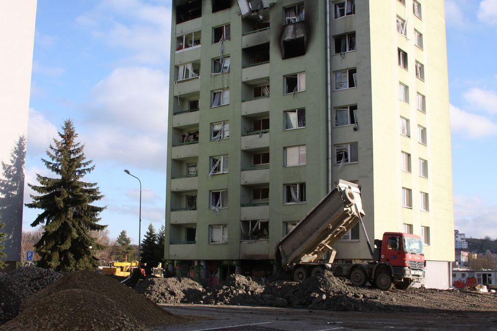 Výbuch plynu v Prešove: Demolácia bytovky začala, na ceste je český špeciál, ľudia poslali poškodeným už dva milióny