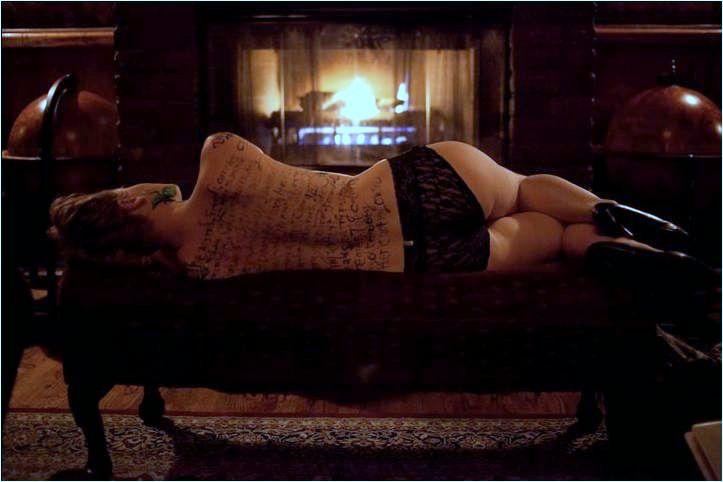 Vedľa na gauči oddychuje dievča. (ilustračné foto)