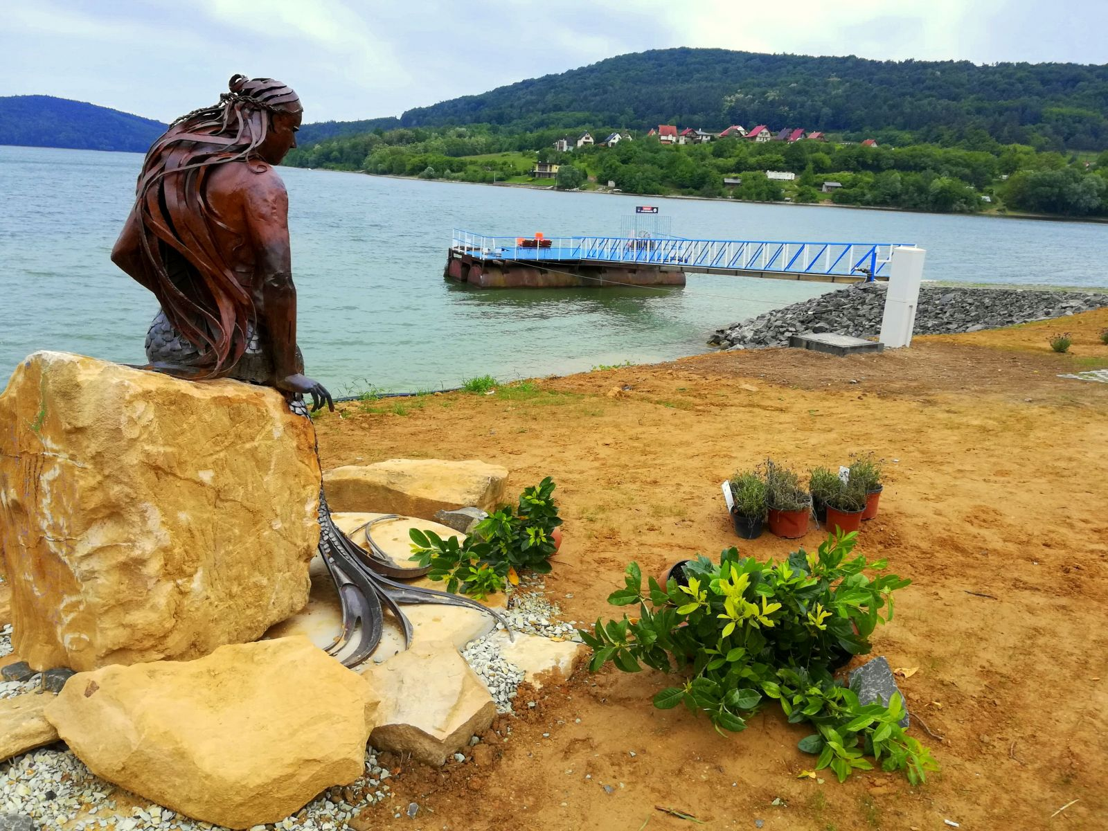 Prístav lode Bohemia na Dobrej dnes stráži kovová morská panna.