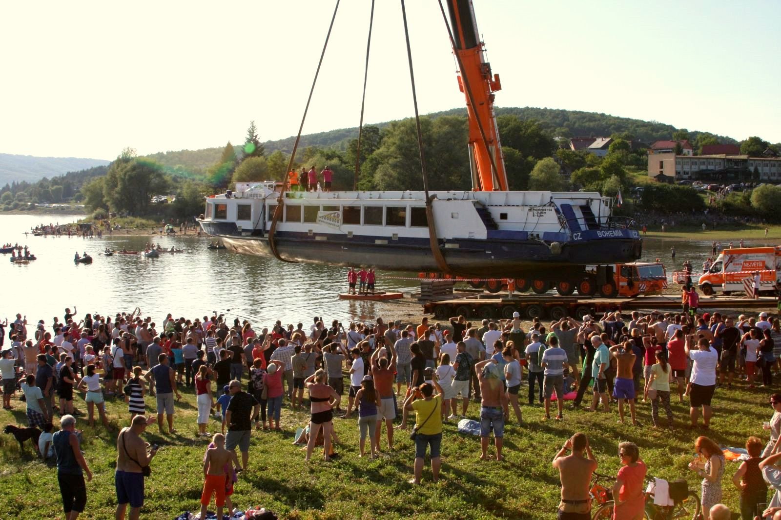 Loď slávnostne spustil na vodu Domaše obrovský žeriav 25. júla 2019.