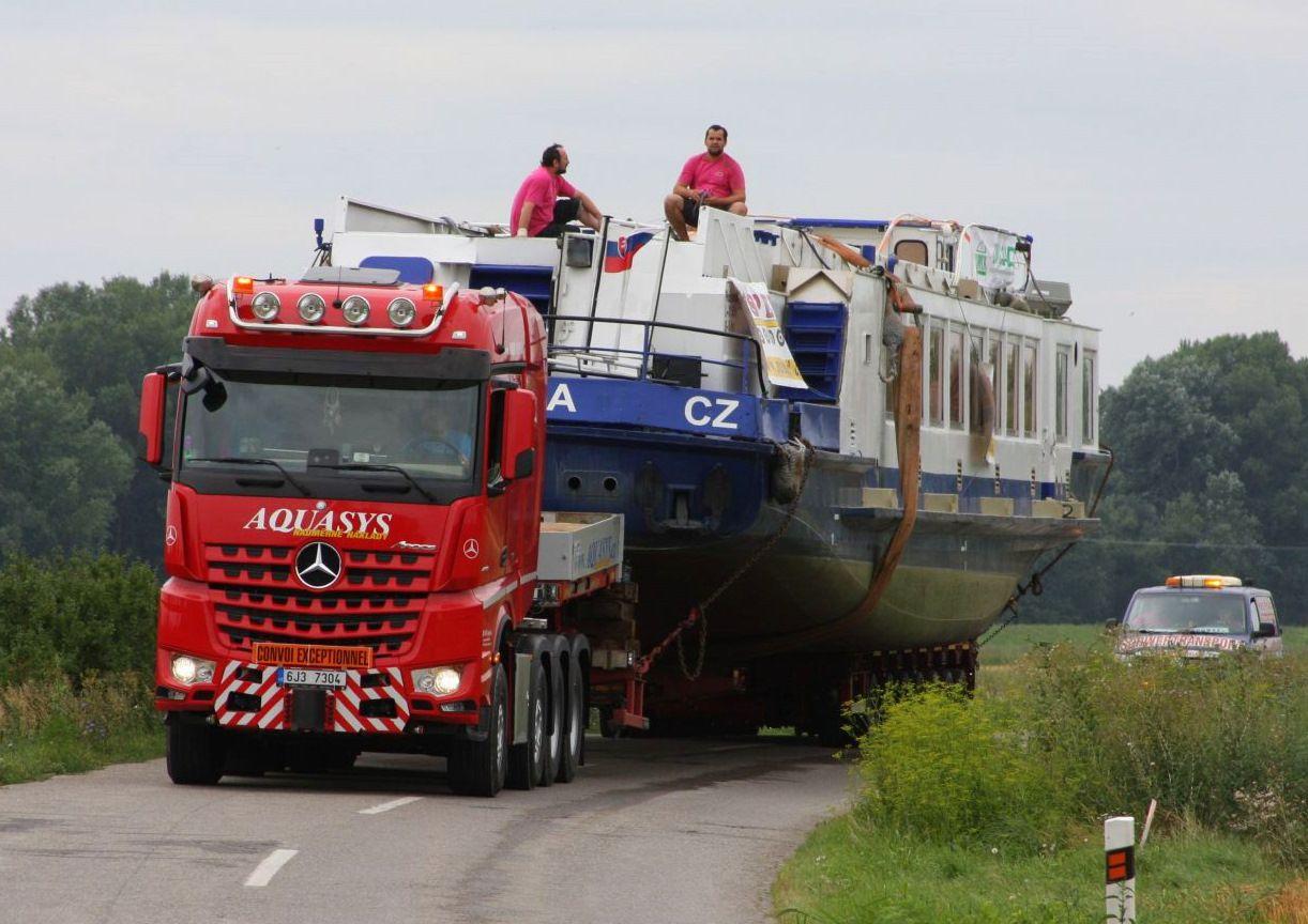 Prevoz 80-tonovej lode z rieky Bodrog na Domašu. Júl 2019.