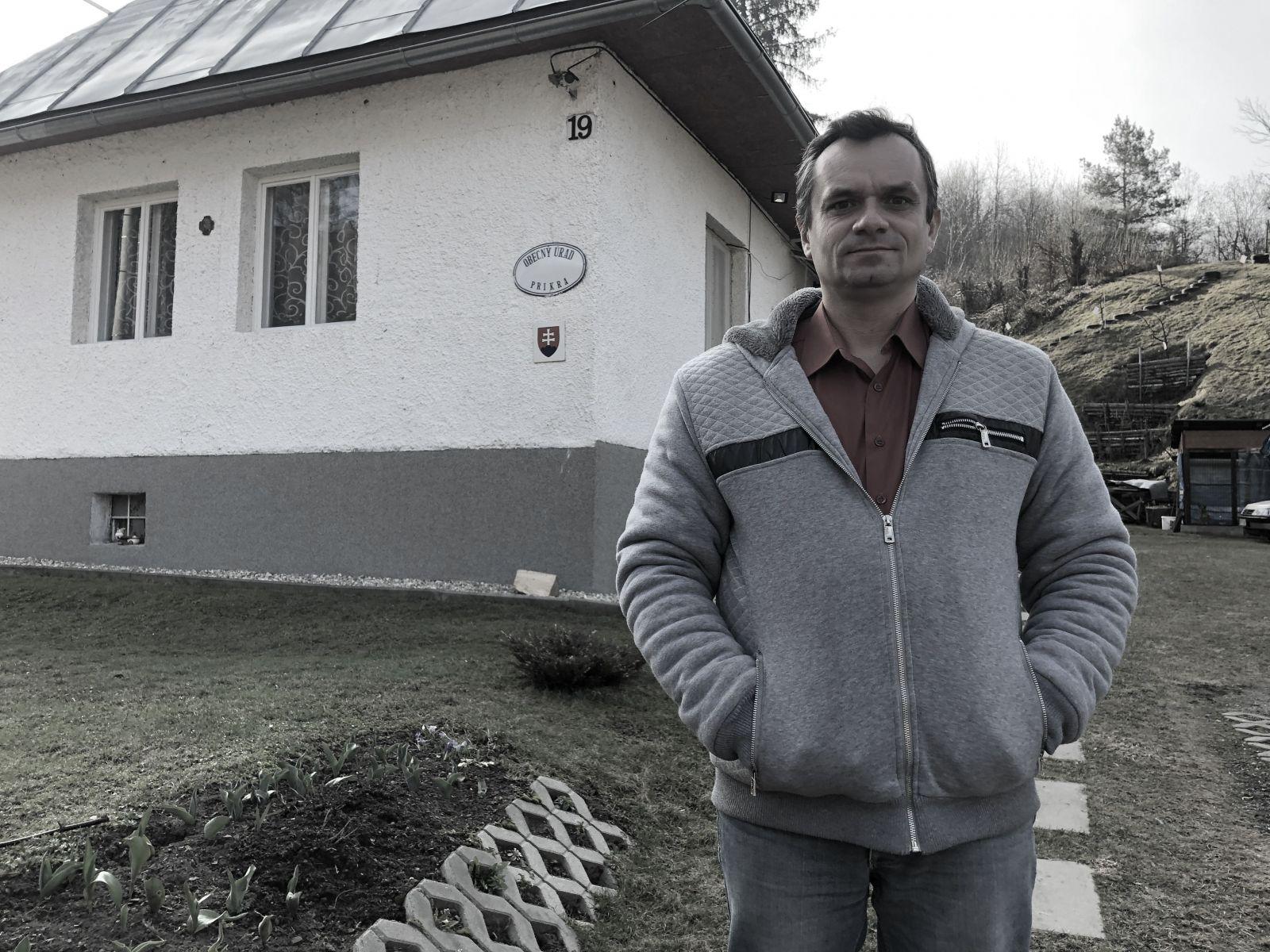 Starosta Príkrej Miroslav Goldír. Okrem starostovania ešte pracuje v Tesle Stropkov.