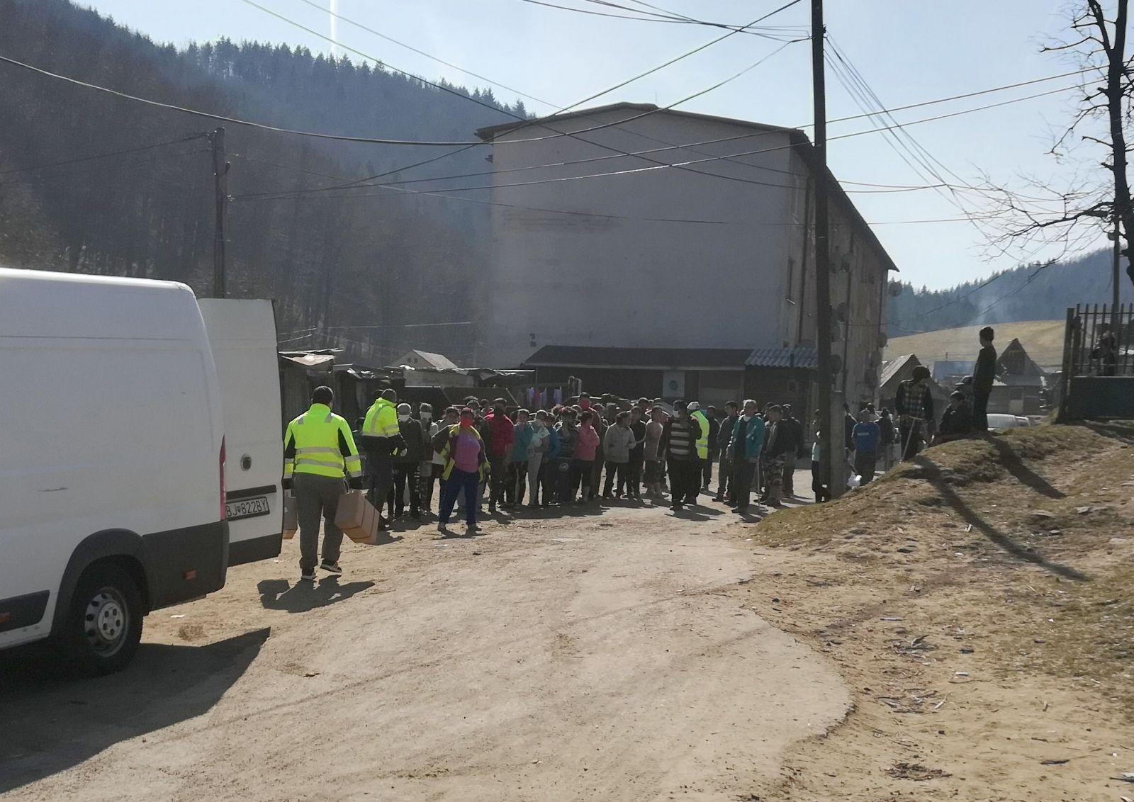 Do rómskej osady v Lenartove dorazila potravinová pomoc z Červeného kríža.