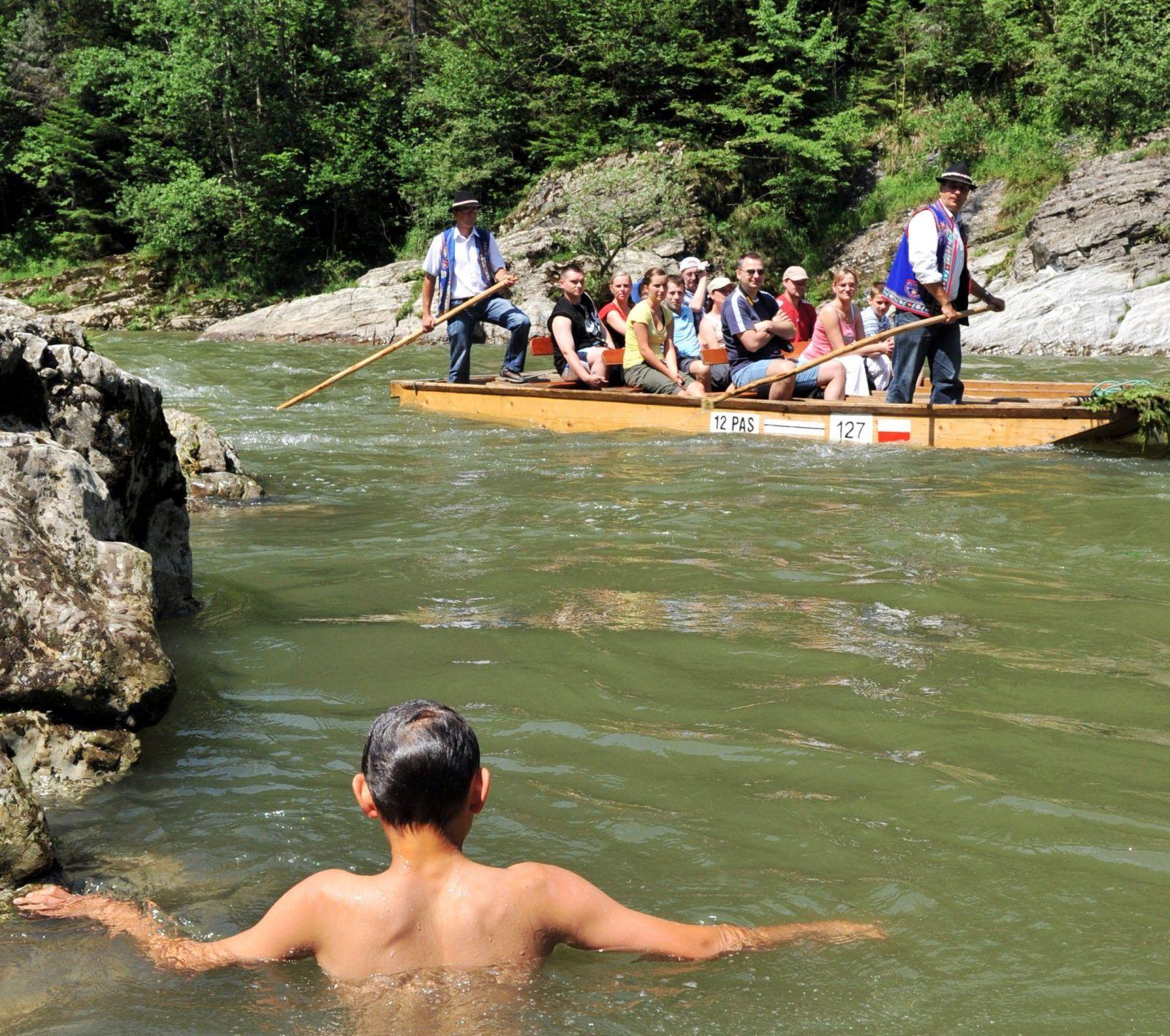 Kúpanie v divokom Dunajci sledujú pltníci.