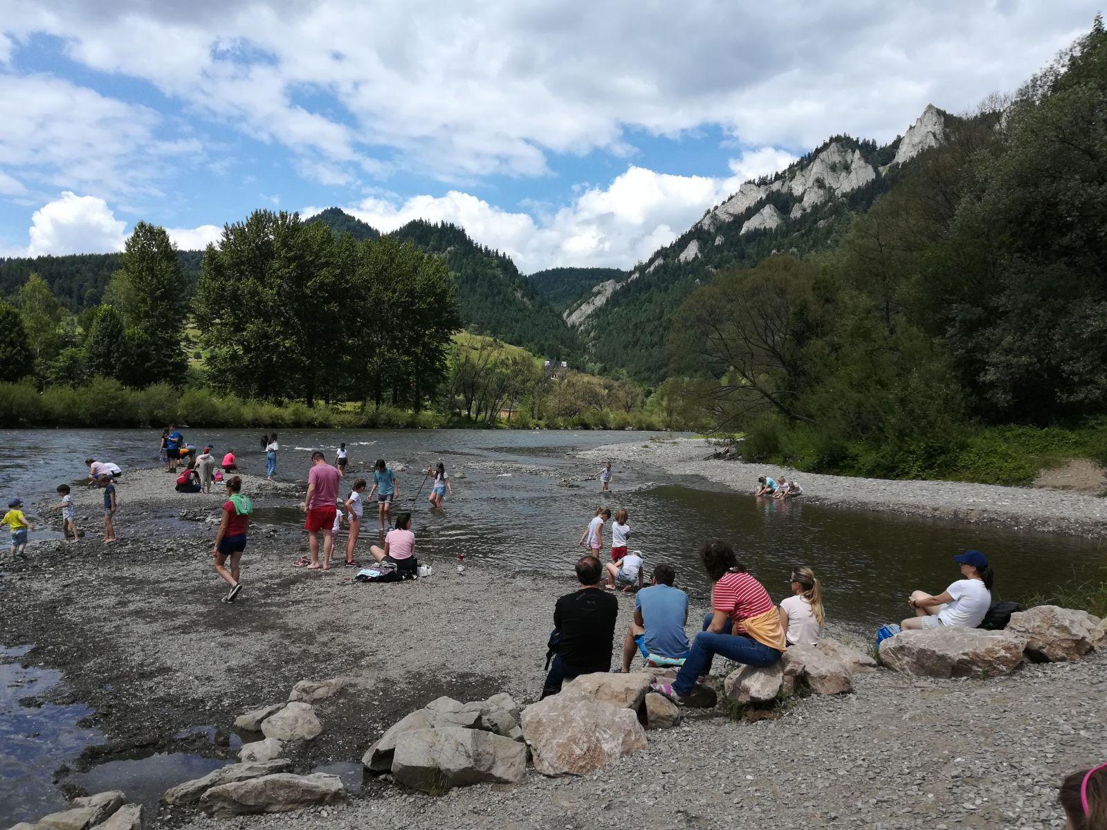 Prítok Dunajca - potok Lipničanka, vytvoril pod Čereveným Kláštorom prírodnú kamenistú pláž.