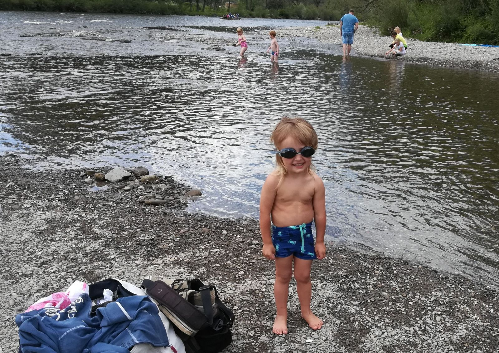 Z kúpania na plytkej kamenistej pláži v Červenom Kláštore majú radosť hlavne deti.