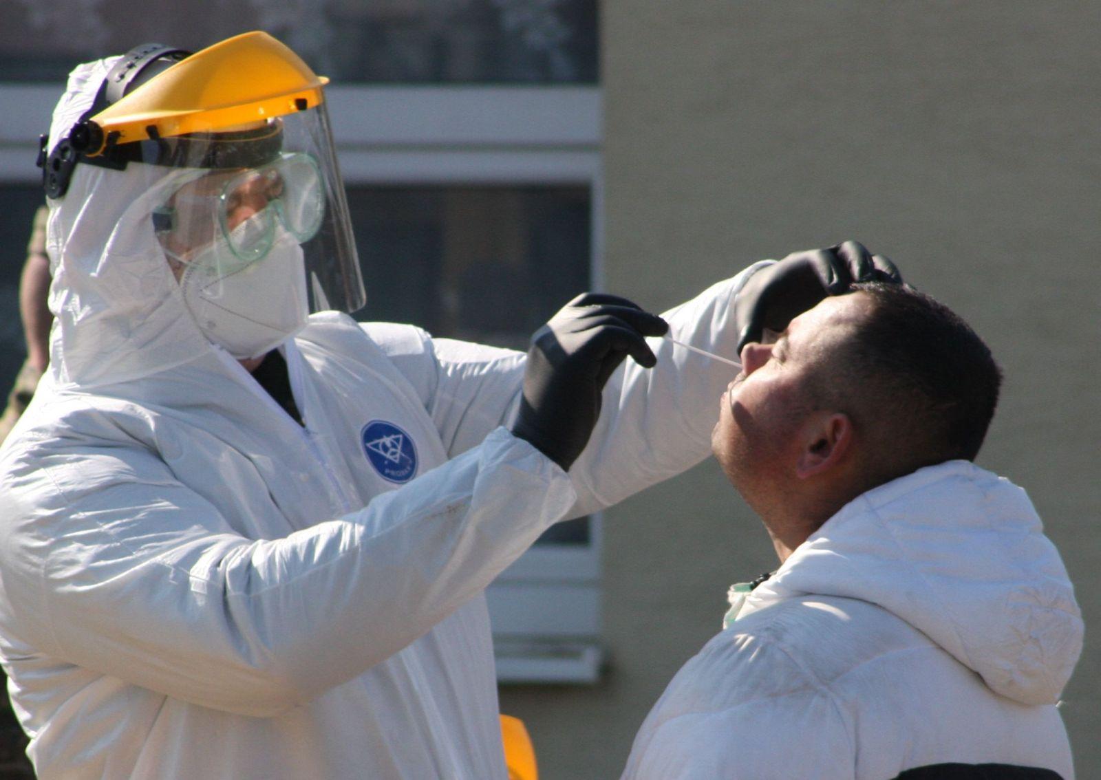 Odoberanie vzorky pre testovanie koronavírusu. Jarovnice, marec 2020.