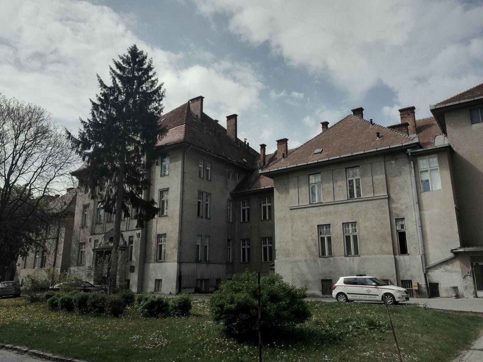 Laboratórna časť mikrobiologického ústavu sídli v tejto nemocničnej budove.