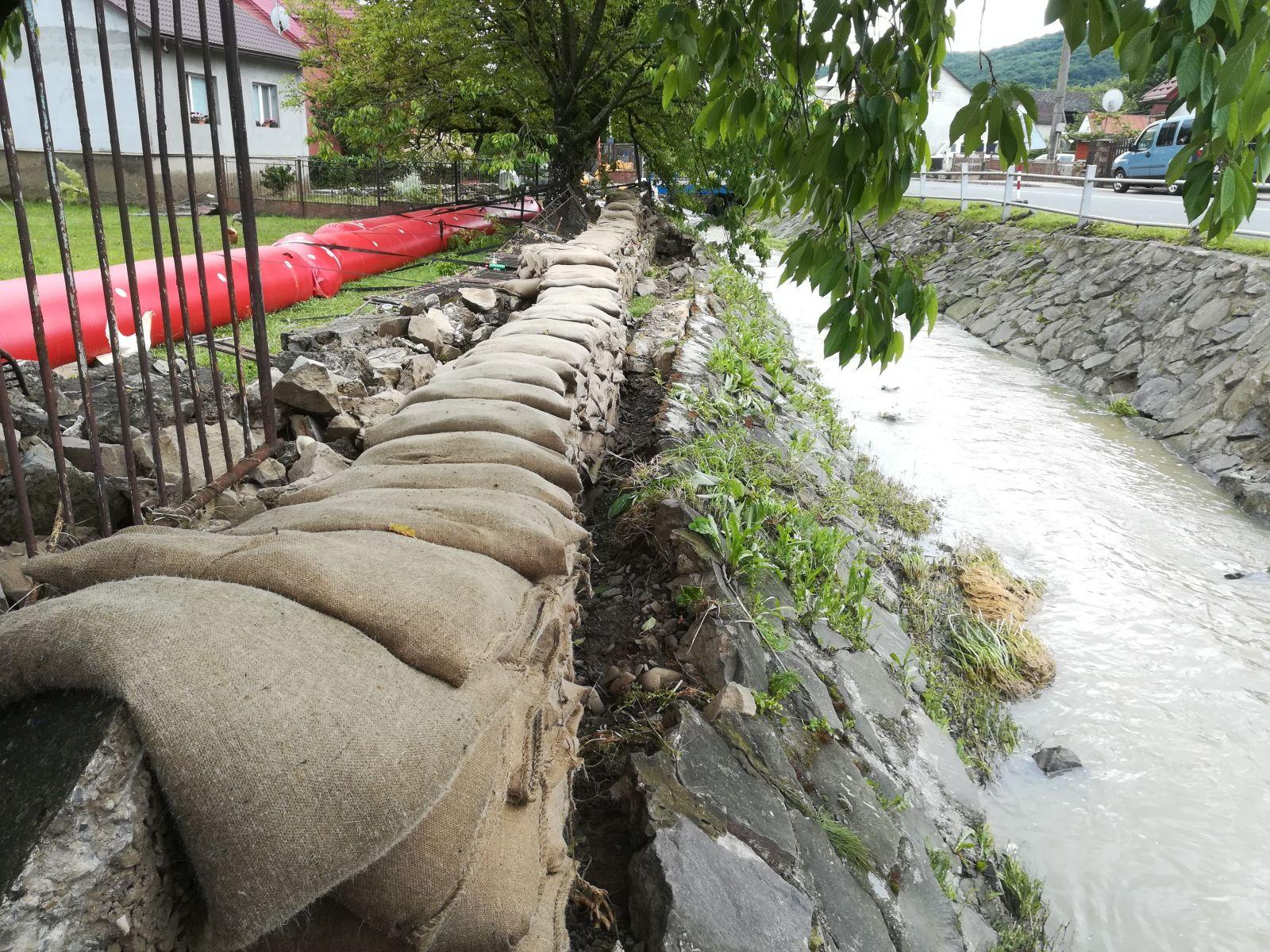 Pred ďalším náporom veľkej vody sa obyvatelia snažia chrániť vrecami s pieskom.