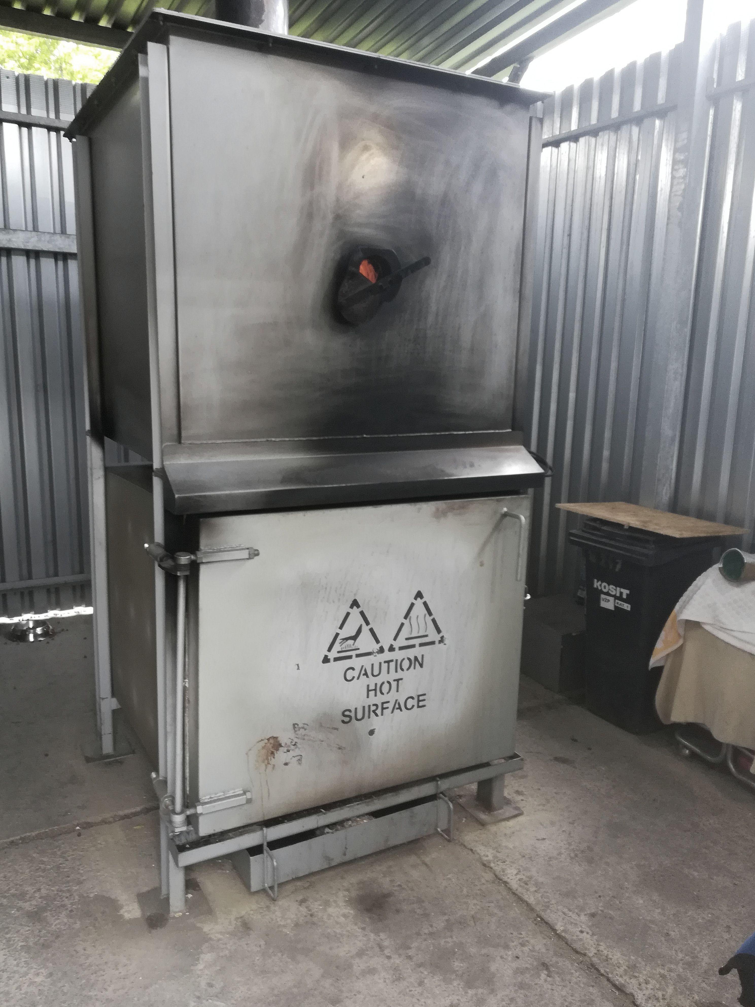 Cena mohutnej pece je 35-tisíc eur, do komína ide iba horúci vzduch, bez emisií. Kremácia veľkého zvieraťa môže trvať aj 4 hodiny.