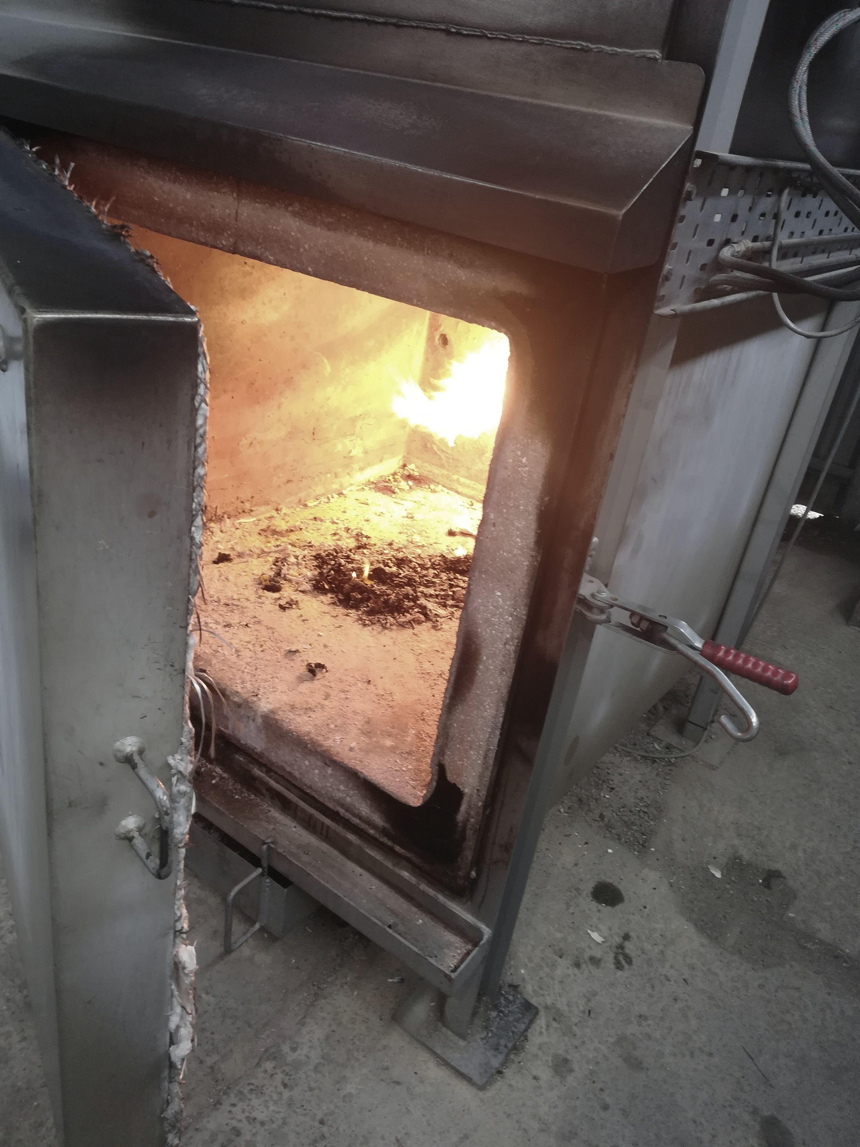 Popol, ktorý zostane po kremácii v peci sa potom pomelie na prach a uloží do urny.