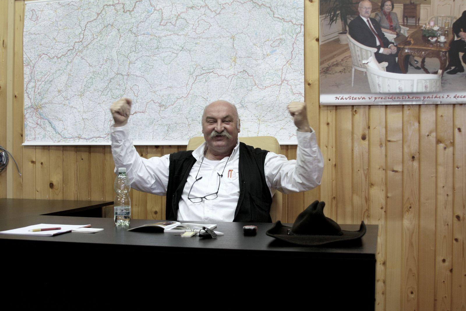 Mikuláš Vareha sa takmer nezastaví. Rozpráva, gestikuluje, presviedča, nadáva, smeje sa, telefonuje. Slovensky aj maďarsky.