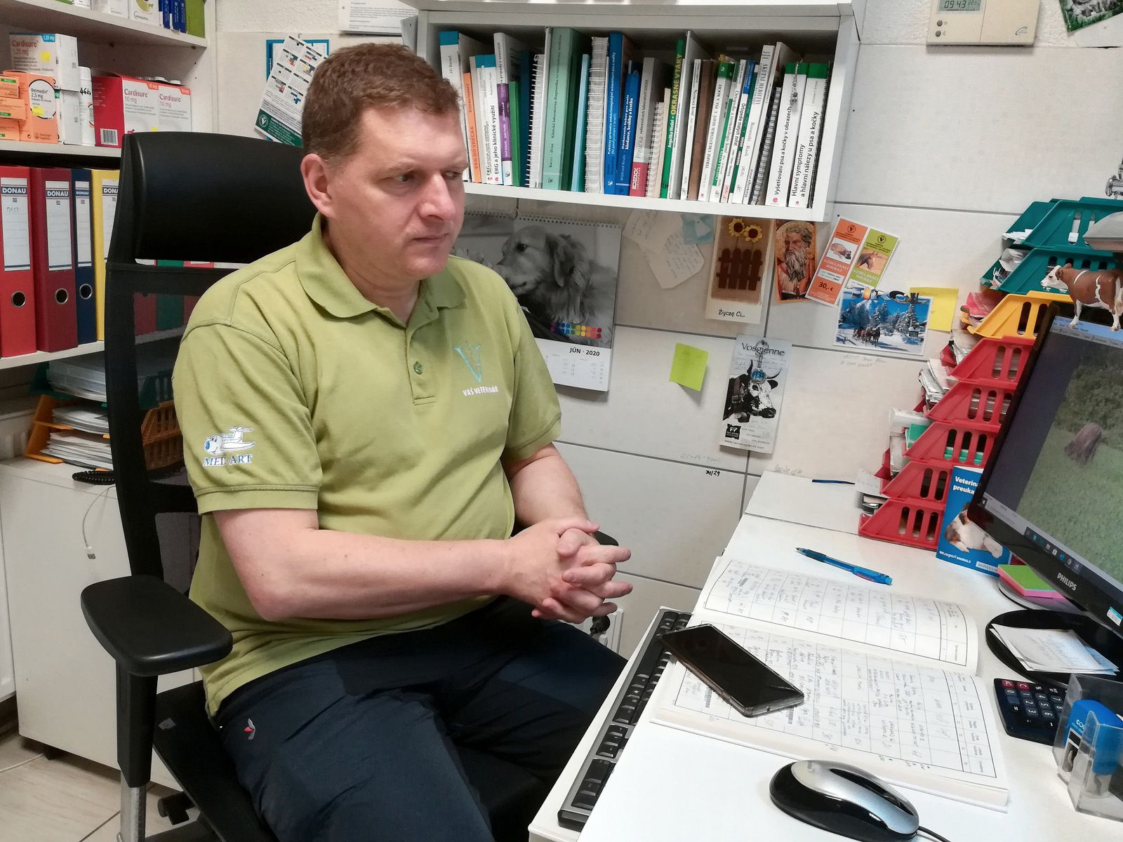 Veterinár a nadšený pozorovateľ zubrov Vladislav Juško vo svojej veterinárnej ambulancii.