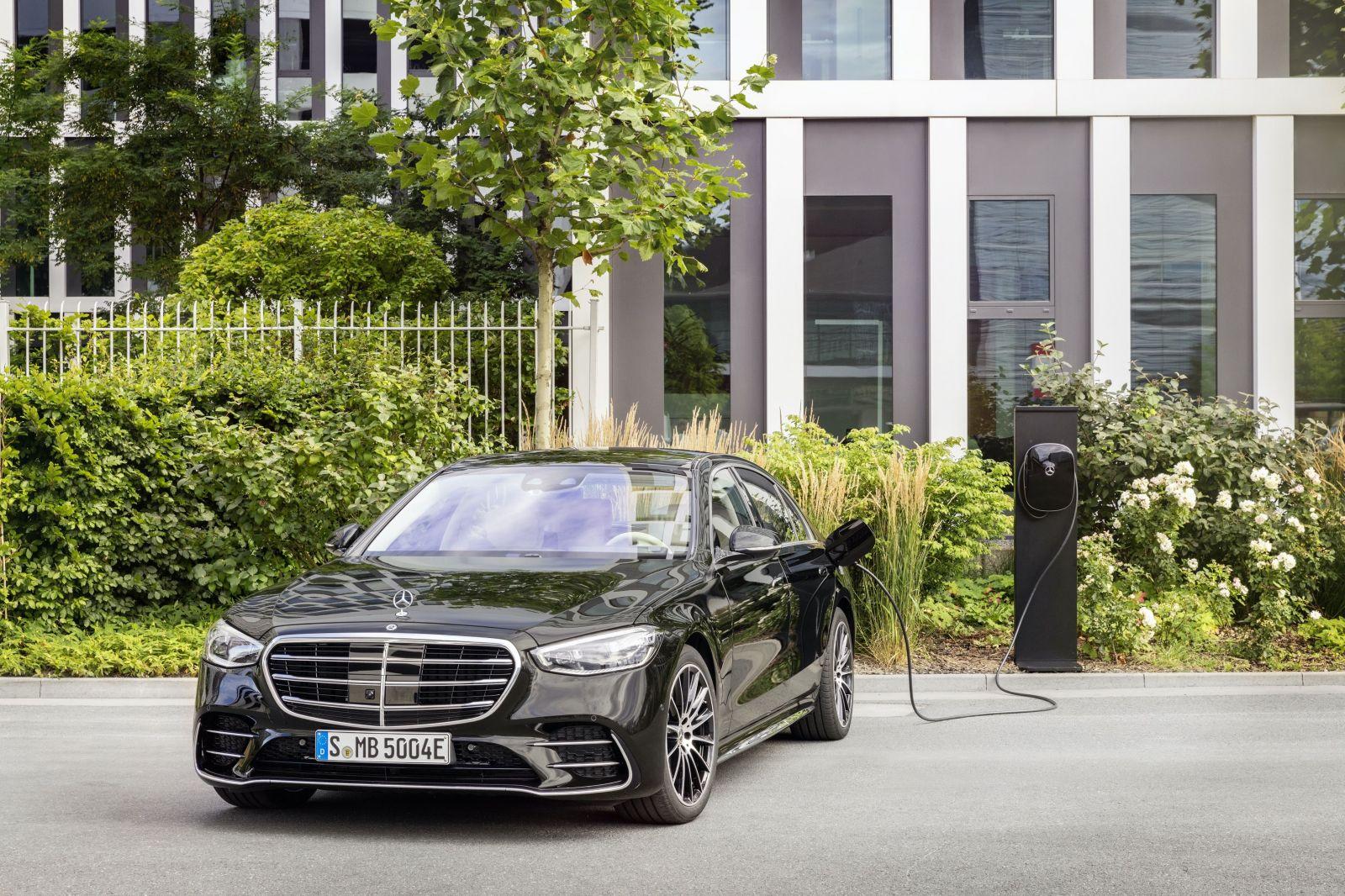 Luxusná trieda S v novej plug-in hybridnej verzii dokáže na elektrický pohon absolvovať viac ako 100 km