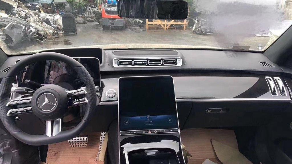 Únik fotografií novej triedy S od Mercedesu odhaľuje prakticky všetko podstatné. Priprav sa opäť na revolúciu
