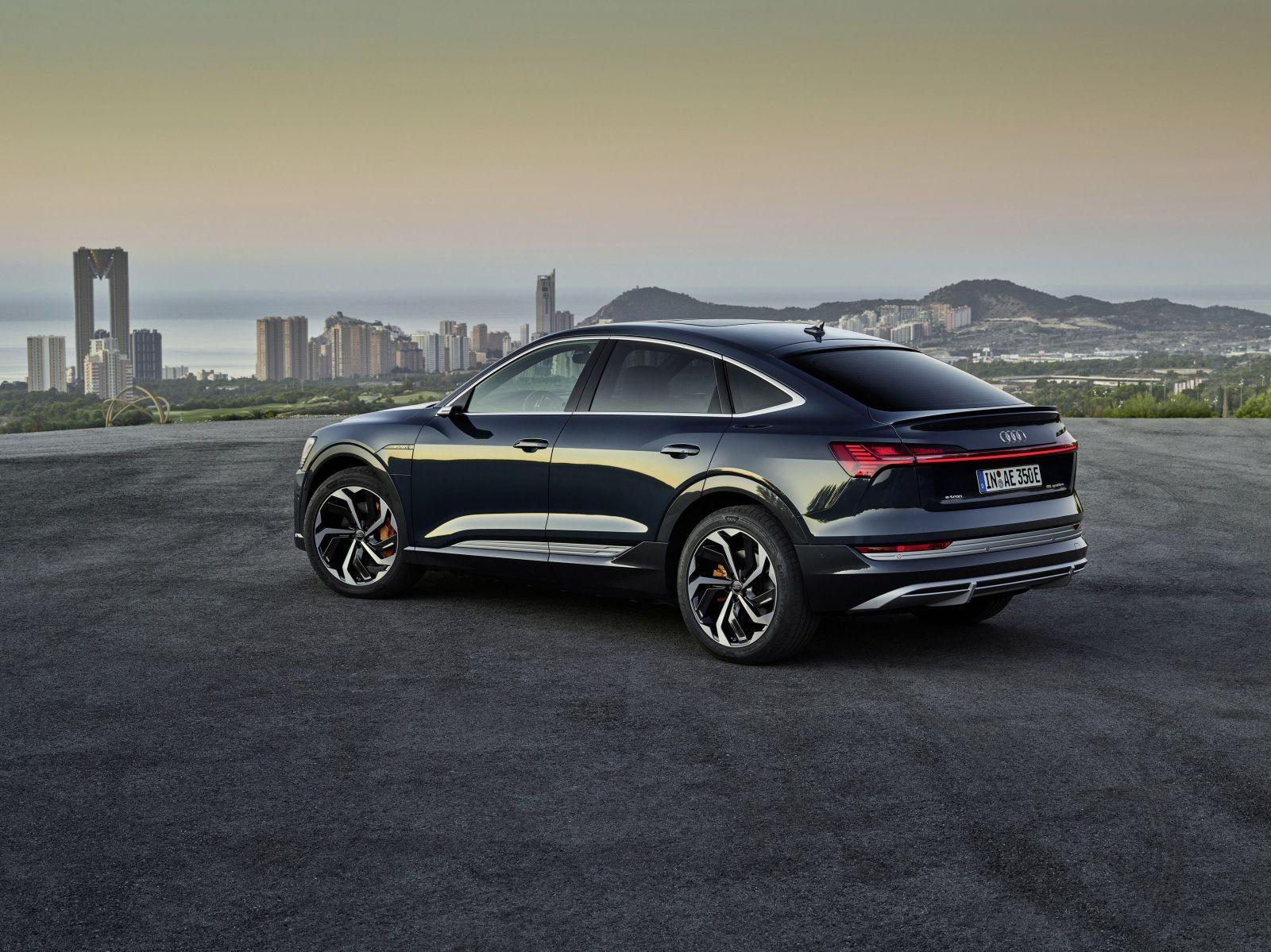 Na svete je ďalší prémiový elektromobil. Elektrický Sporback má nielen unikátne späťáky, ale aj svetlá