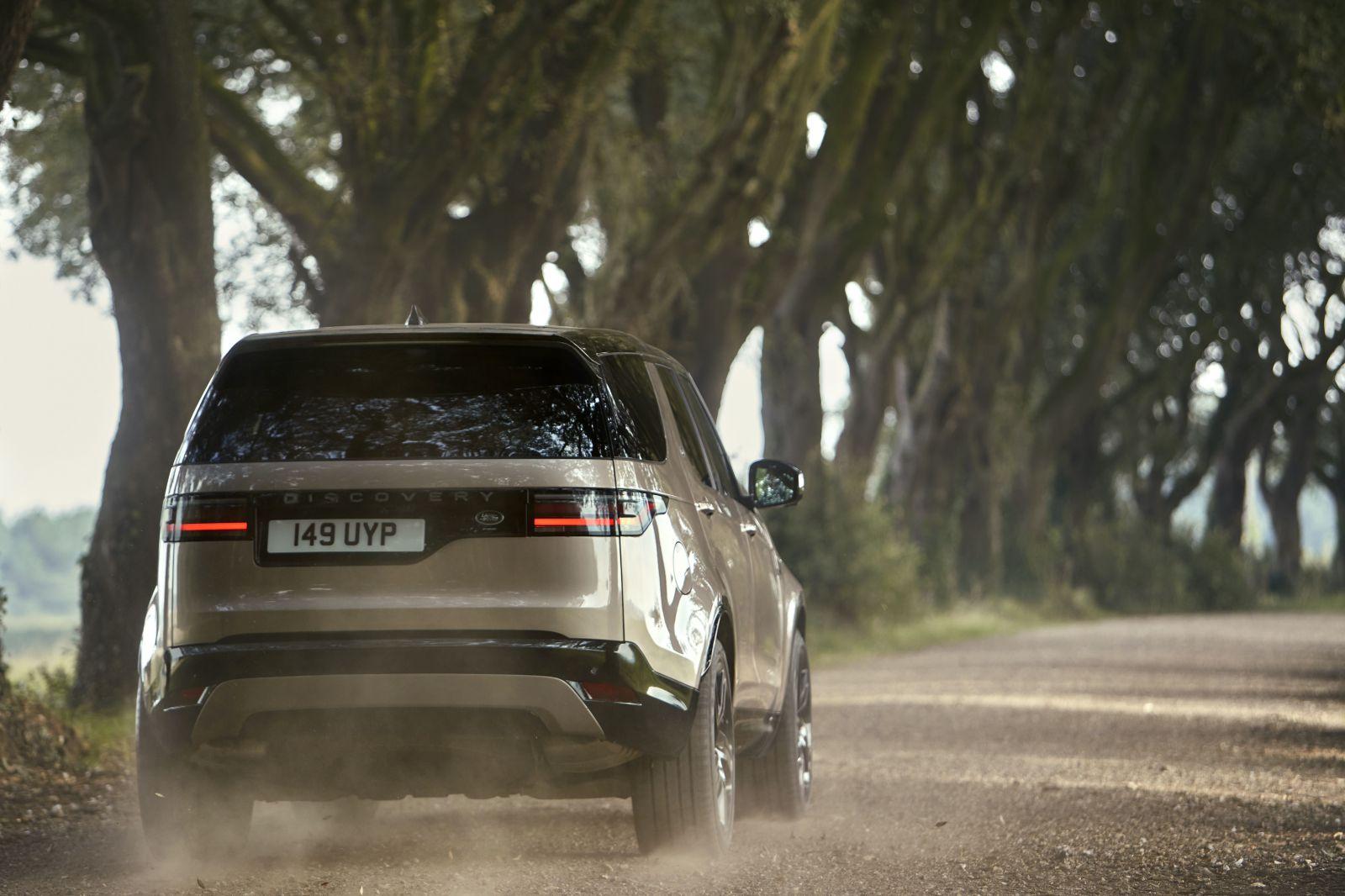 Land Rover Discover prešiel modernizáciou. Dostal nové displeje a mild-hybridné motory
