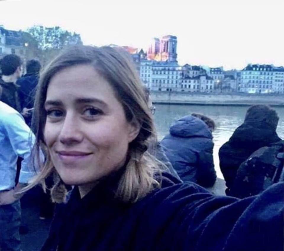 Emma Smetana si pořídila selfie s hořícím Notre-Damem. Nyní je terčem posměchu