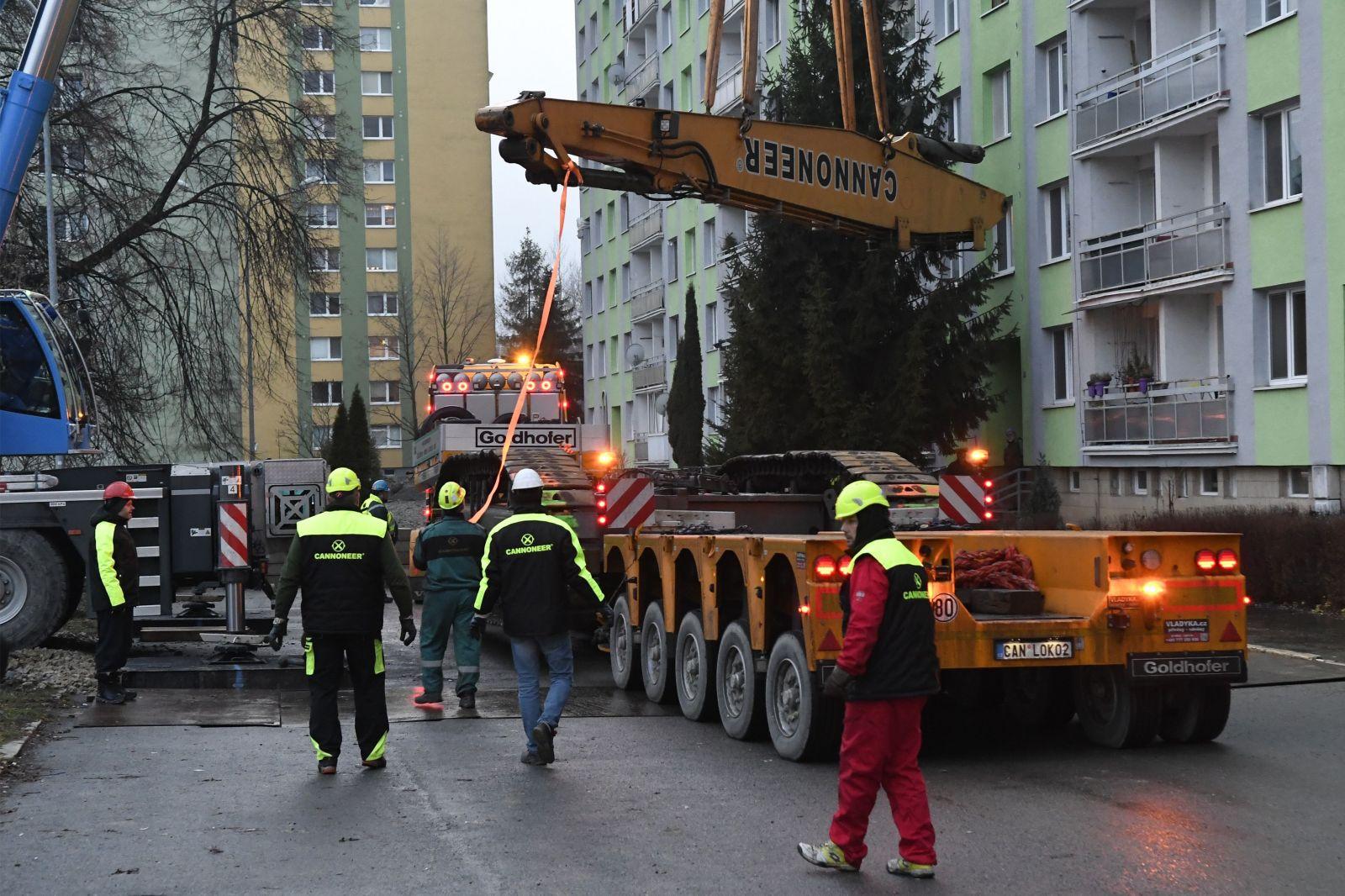 Český demolačný stroj je už v Prešove. Začne s rozoberaním paneláku na Mukačevskej 7