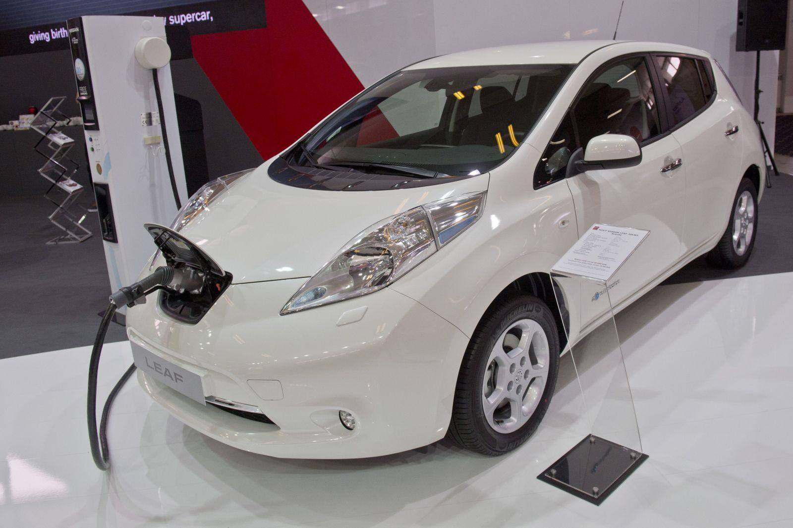 Veľká Británia vodičom prispeje až 6 000 libier, ak dajú svoje benzínové auto do šrotu a nahradia ho elektrickým