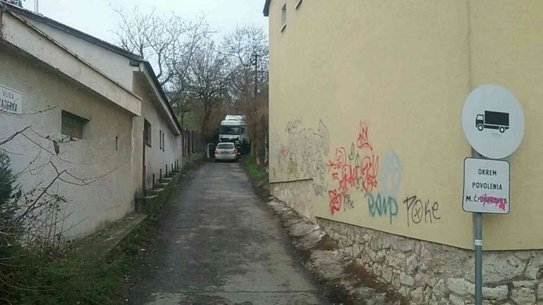 V bratislavskej Dúbravke sa zasekol kamión. Asistovať mu muselo 6 hasičov