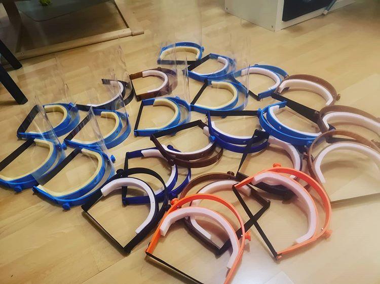 Mladí Slováci pomáhajú s výrobou ochranných štítov. Tlačia ich na 3D tlačiarni