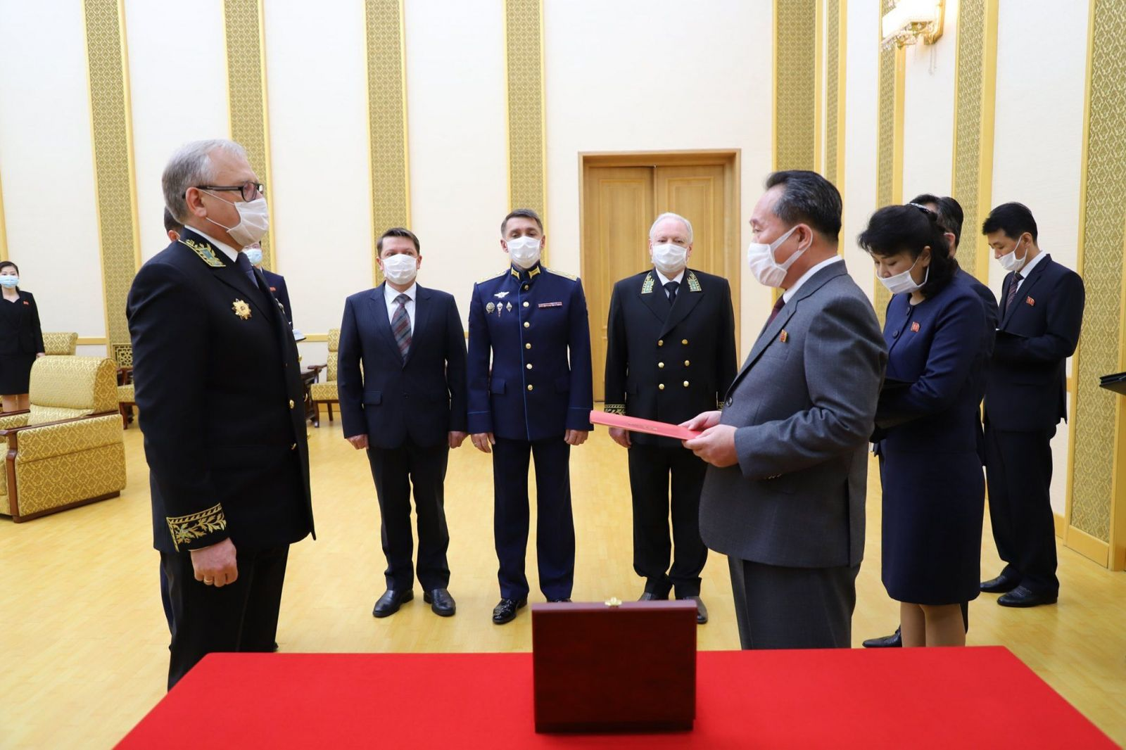 Vladimír Putin odovzdal medajlu severokórejskému diktátorovi Kim Čong-unovi. Vraj za údržbu hrobov červenej armády