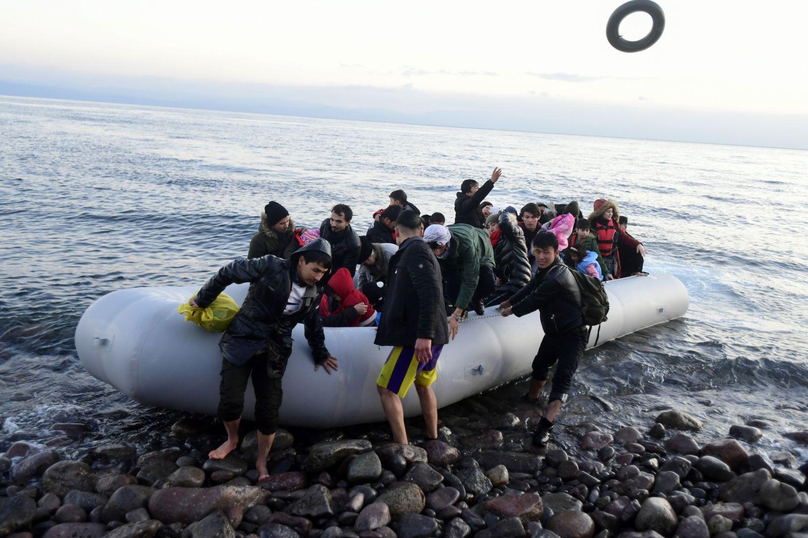 Migranti v gréckych táboroch by mohli dosta't až 2 000 eur. Ak sa rozhodnú vrátiť domov